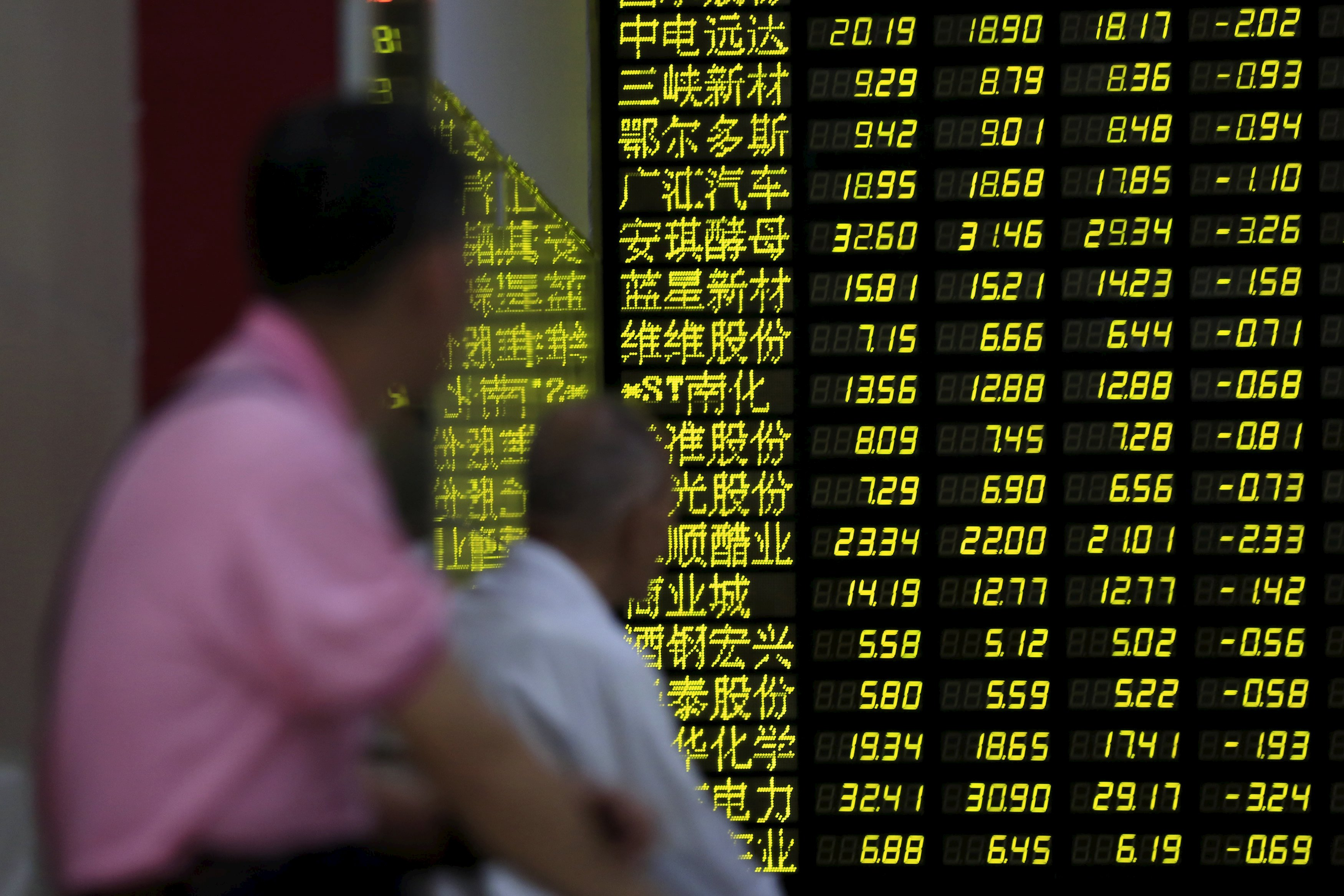 Investors look an electronic board showing stock information at a brokerage house in Shanghai, China, on August 24, 2015. Chinese stocks dived more than 8 percent on Monday morning, with the Shanghai index giving up all its gains for the year on investor disappointment that Beijing held back expected policy support at the weekend after markets shed 11 percent last week. Photo: Reuters