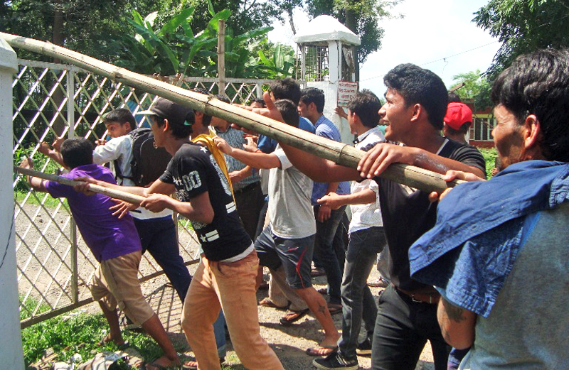 Agitators demanding to keep the mid-west intact trying to storm District Administration Office in Surkhet.   Photo:THT