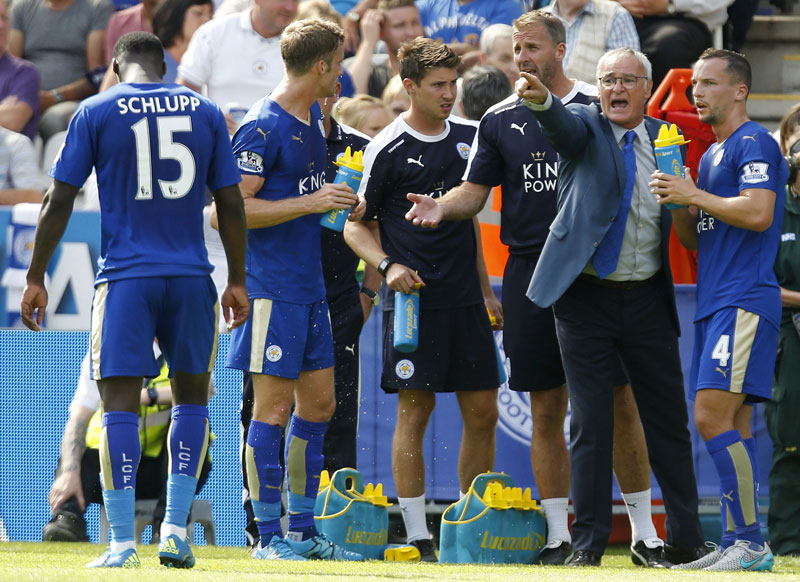 Leicester City's manager Claudio Ranieri, second right, gives instructions to Danny Drinkwater during the English Premier League soccer match against Sunderland at the King Power Stadium, Leicester, England Saturday Aug. 8, 2015. Photo: AP