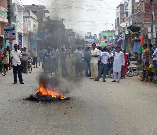 Bandh enforcers staging demonstration by burning tyres in Gaur, the district headquarters of Rautahat on Sunday, August 16, 2015. Photo: Prabhat Jha