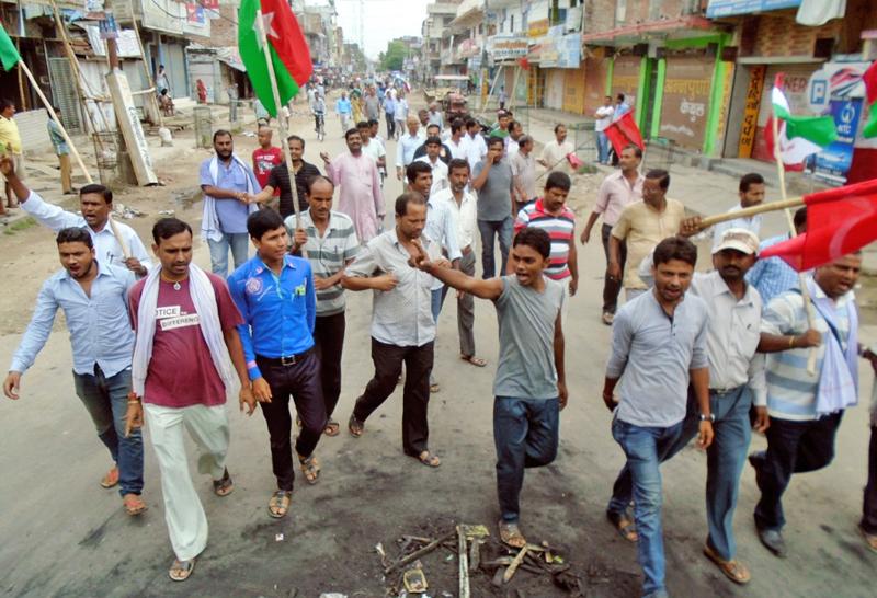 Madhesi Front cadres shutting down markets in Rajbiraj, Saptari, on Sunday. Photo: THT