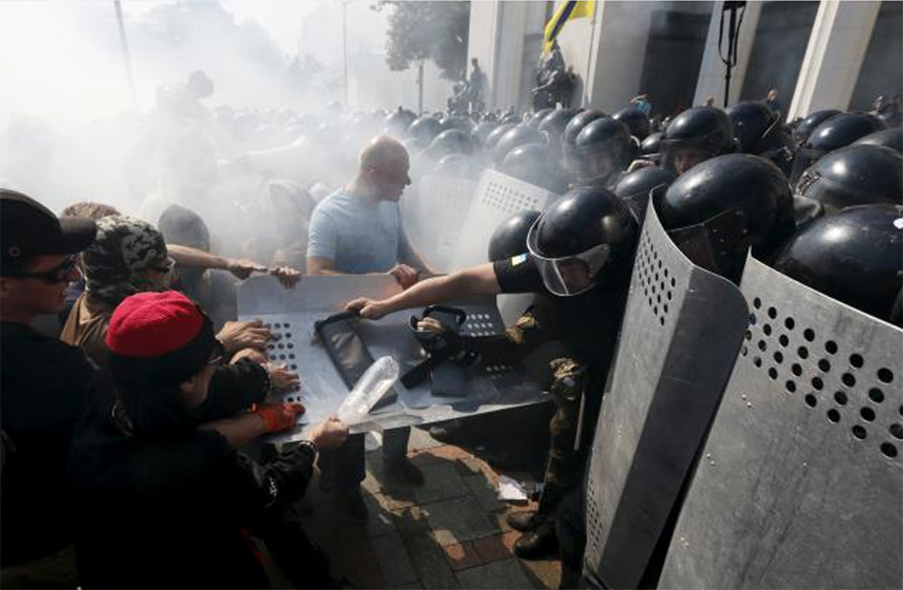 Demonstrators, who are against a constitutional amendment on decentralisation, clash with police outside the parliament building in Kiev, Ukraine, August 31, 2015. Photo: Reutersn