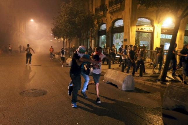 Protestors run during a protest against corruption and rubbish collection problems near the government palace in Beirut, August 22, 2015. REUTERS/Hasan Shaaban