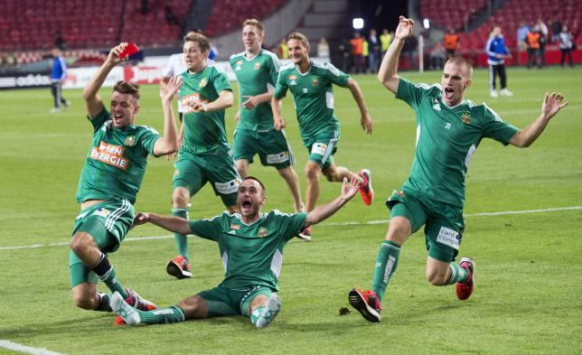 Rapid Vienna celebrate their victory against Ajax Amsterdam after their Champions League third qualifying round match in the Amsterdam ArenA stadium August 4, 2015.  REUTERS/Toussaint Kluiters/United Photos