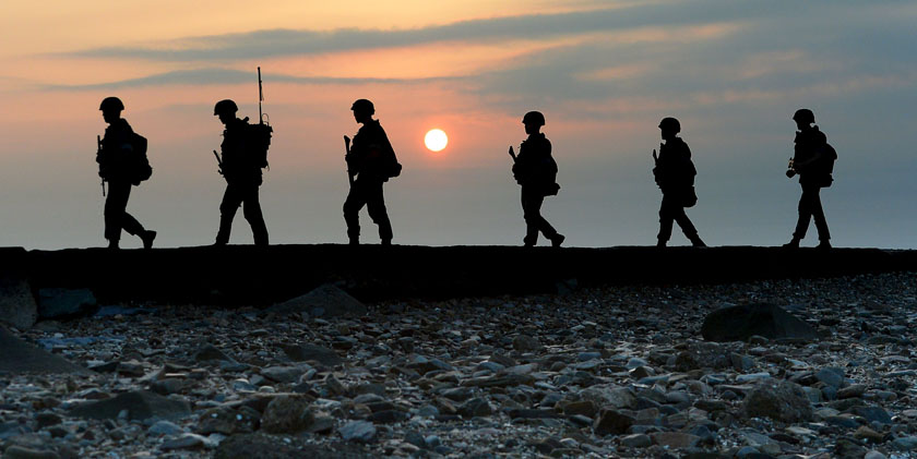 South Korean marines patrol along a bank of a shore on Yeonpyeong island just south of Northern Limit Line (NLL), South Korea, August 23, 2015. Photo: Reuters