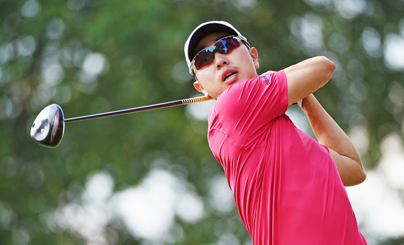Sang-Moon Bae of South Korea hits his tee shot on the 12th hole during the third round of The Barclays at the Plainfield Country Club in Edison, New Jersey on Saturday. Photo : AFP