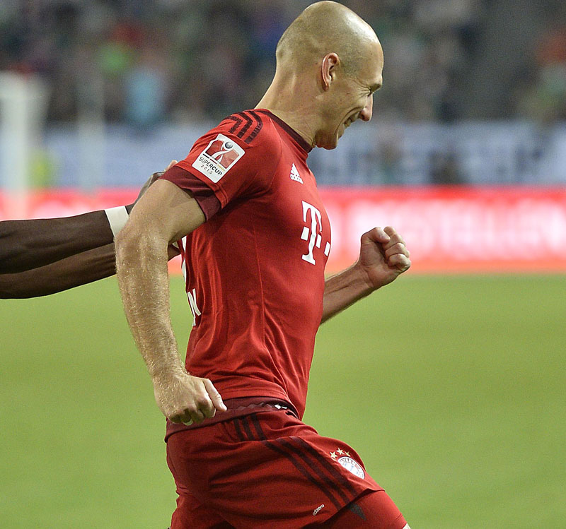 Bayern's Arjen Robben from the Netherlands celebrates his goal with teammate David Alaba from Austria during the German Supercup final soccer match between VfL Wolfsburg and Bayern Munich in Wolfsburg, Germany, Saturday, Aug. 1, 2015. Photo: AP