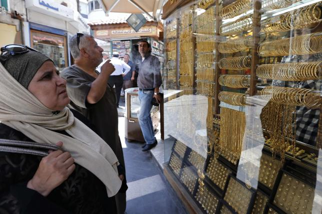 Customers look at gold jewellery displayed at a shop in Amman, Jordan July 27, 2015. REUTERS/Muhammad Hamed/Files