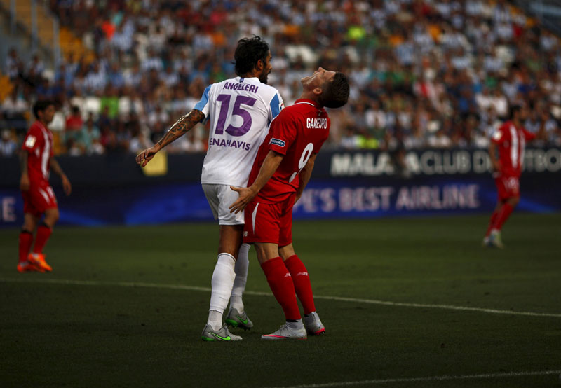 Sevilla's Kevin Gameiro (C) reacts after missing an opportunity to score against Malaga during their Spanish first division soccer match at La Rosaleda stadium in Malaga, southern Spain, August 21, 2015. Photo: Reuters