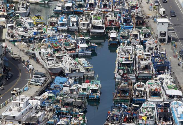 Fishing boats are docked at a harbour as Typhoon Soudelor approaches the northeastern coastal town of Nanfangao in Ilan county, northern Taiwan, August 6, 2015. REUTERS/Pichi Chuang