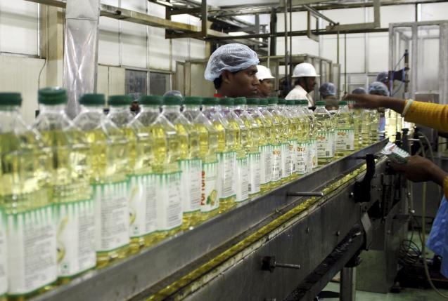 Employees fill plastic bottles with edible oil at an oil refinery plant of Adani Wilmar Ltd, a leading edible oil maker, in Mundra, in this June 10, 2009 file photo. Photo: Reuters/ File