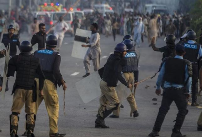 Anti-government protesters clash with riot police during the Revolution March in Islamabad September 1, 2014.  Photo: Reuters/File
