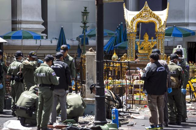 Experts investigate the Erawan shrine at the site of a deadly blast in central Bangkok, Thailand, August 18, 2015.  Photo: Reuteres