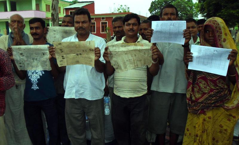 Representatives of 65 families of Bhardaha-2 of Saptari district show the land registration certificate, at a press conference in Rajbiraj of Saptari, on Saturday, August 8, 2015. Photo: Byas Shankar Upadhyaya