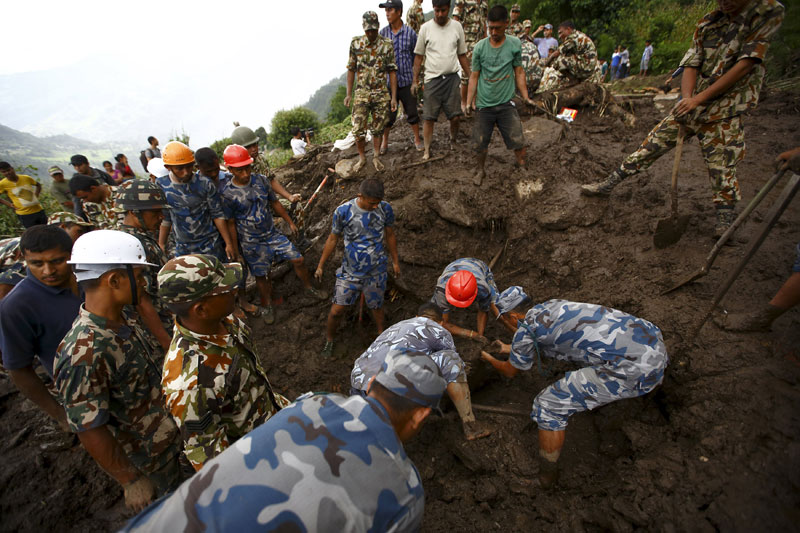 Rescue team members search for landslide victims at Lumle village in Kaski district July 30, 2015. Photo: Reuters