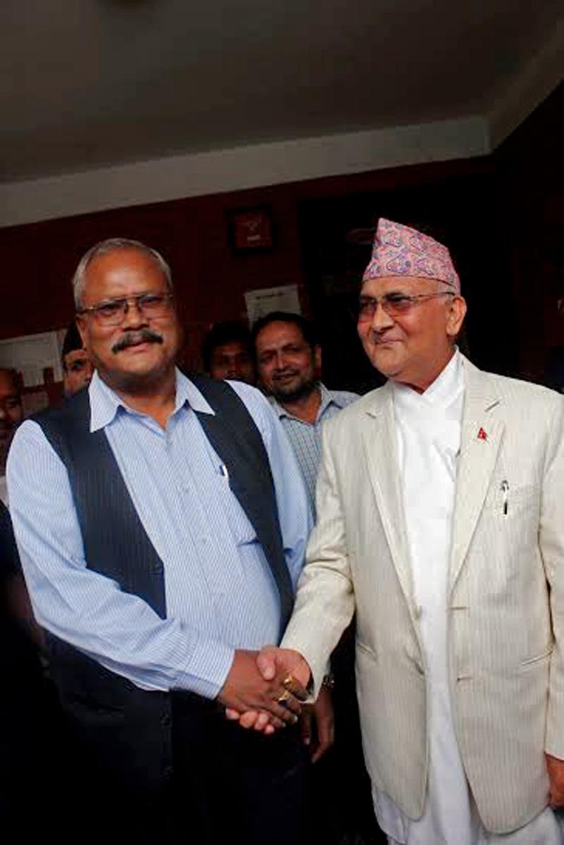 CPN-UML Chairman Kp Sharma Oli shaking hands with MJF-D Chairman Bijaya Kumar Gachhadar during a meeting with leaders of Madhesi front in Sanepa, Lalitpur on Tuesday. Courtesy: Ananda Man Dangol