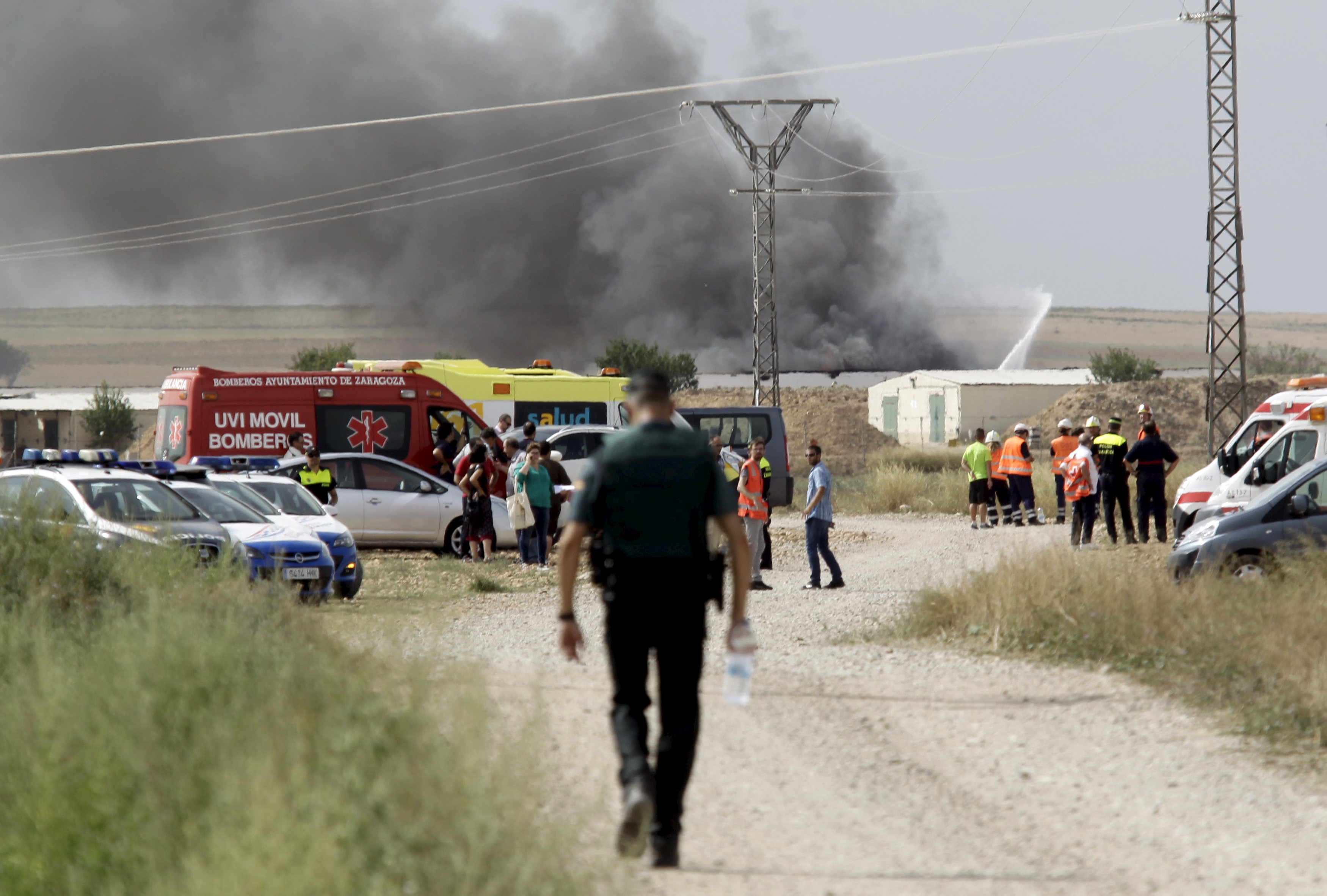 A column of smoke rises from a factory after an explosion at a fireworks factory on the outskirts of Zaragoza, northeastern Spain, August 31, 2015. Photo: Reuters