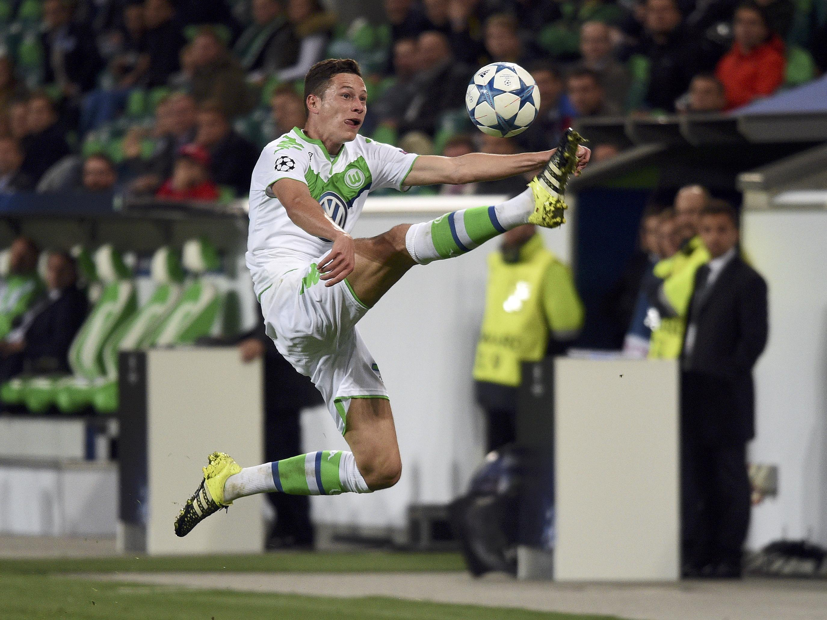 Wolfsburg's Julian Draxler plays the ball against CSKA Moscow during their Champions League group B soccer match in Wolfsburg, Germany September 15, 2015. REUTERS/Fabian Bimmer
