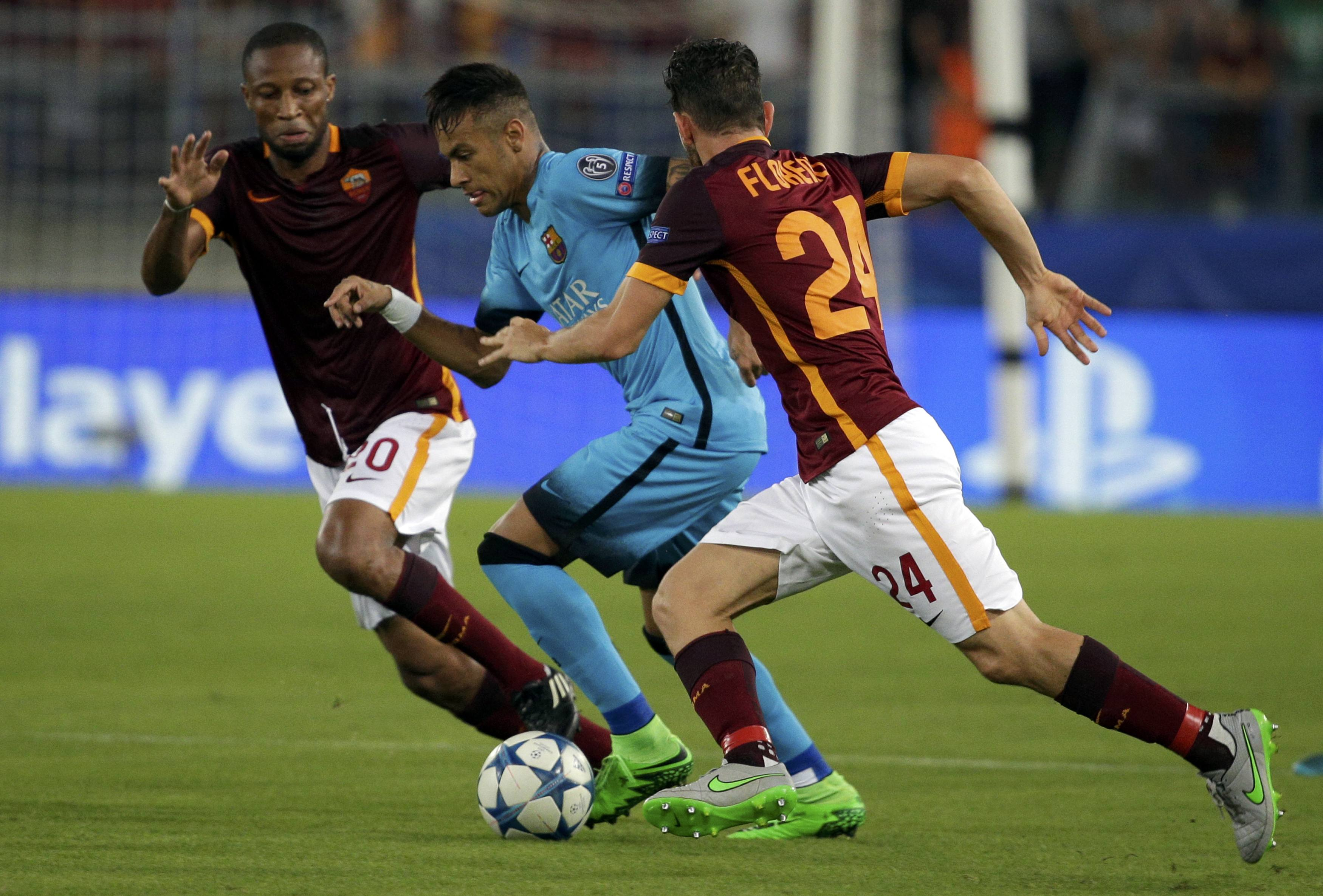 AS Roma's Seydou Keita  (L) and Alessandro Florenzi challenges Barcelona's Neymar during their Champions League Group E stage match at the Olympic stadium in Rome, Italy , September 16, 2015. REUTERS/Max Rossi