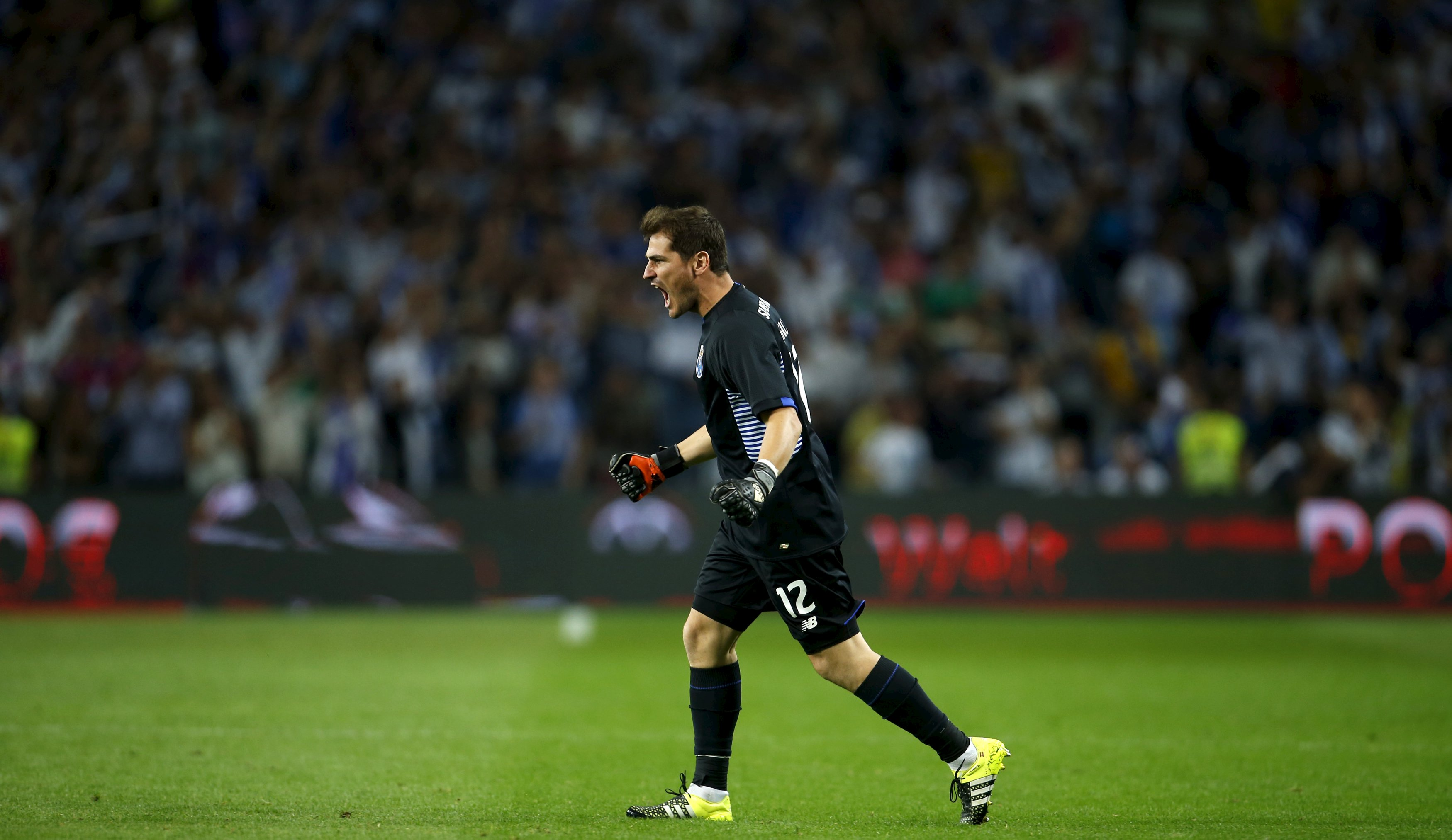 Porto's goalkeeper Iker Casillas celebrates  the goal of his teammate Andre Andre during their Portuguese premier league soccer match against Benfica at Dragao stadium in Porto, Portugal September 20, 2015.  REUTERS/Rafael Marchante