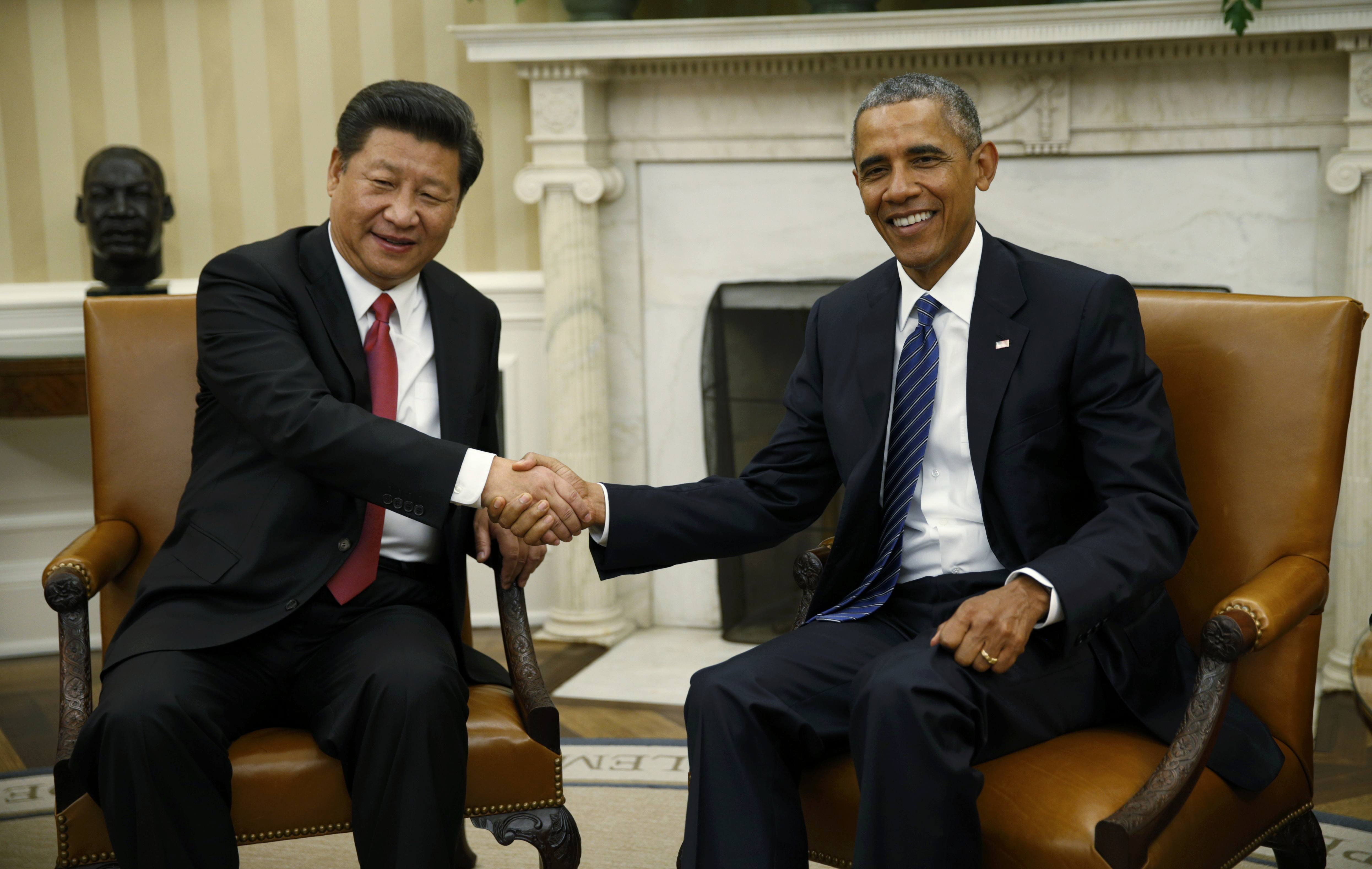 U.S. President Barack Obama (R) greets Chinese President Xi Jinping in the Oval Office of the White House in Washington September 25, 2015. REUTERS/Kevin Lamarque