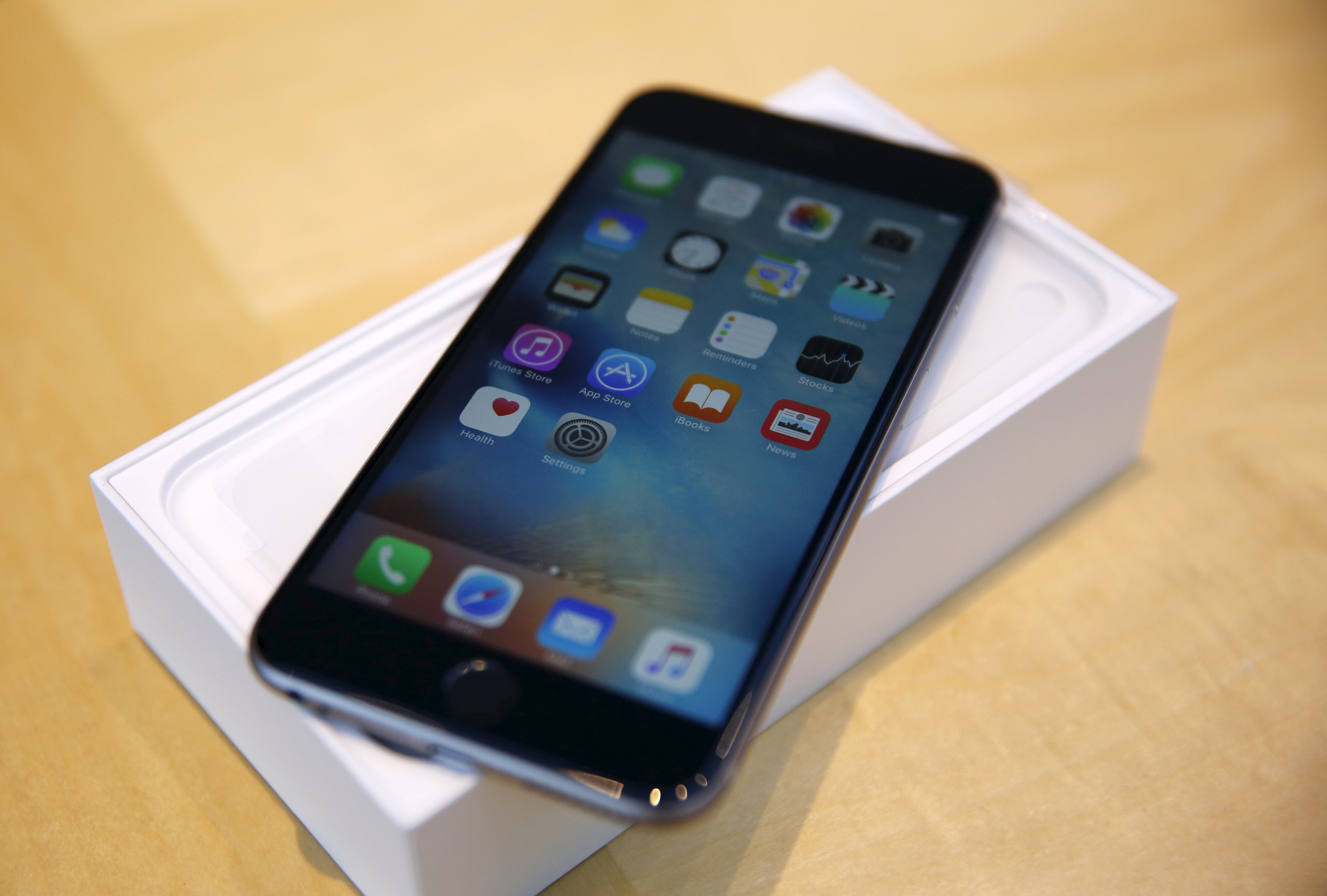 An iPhone 6S Plus is seen at the Apple retail store in Palo Alto, California September 25, 2015.  REUTERS/Robert Galbraith