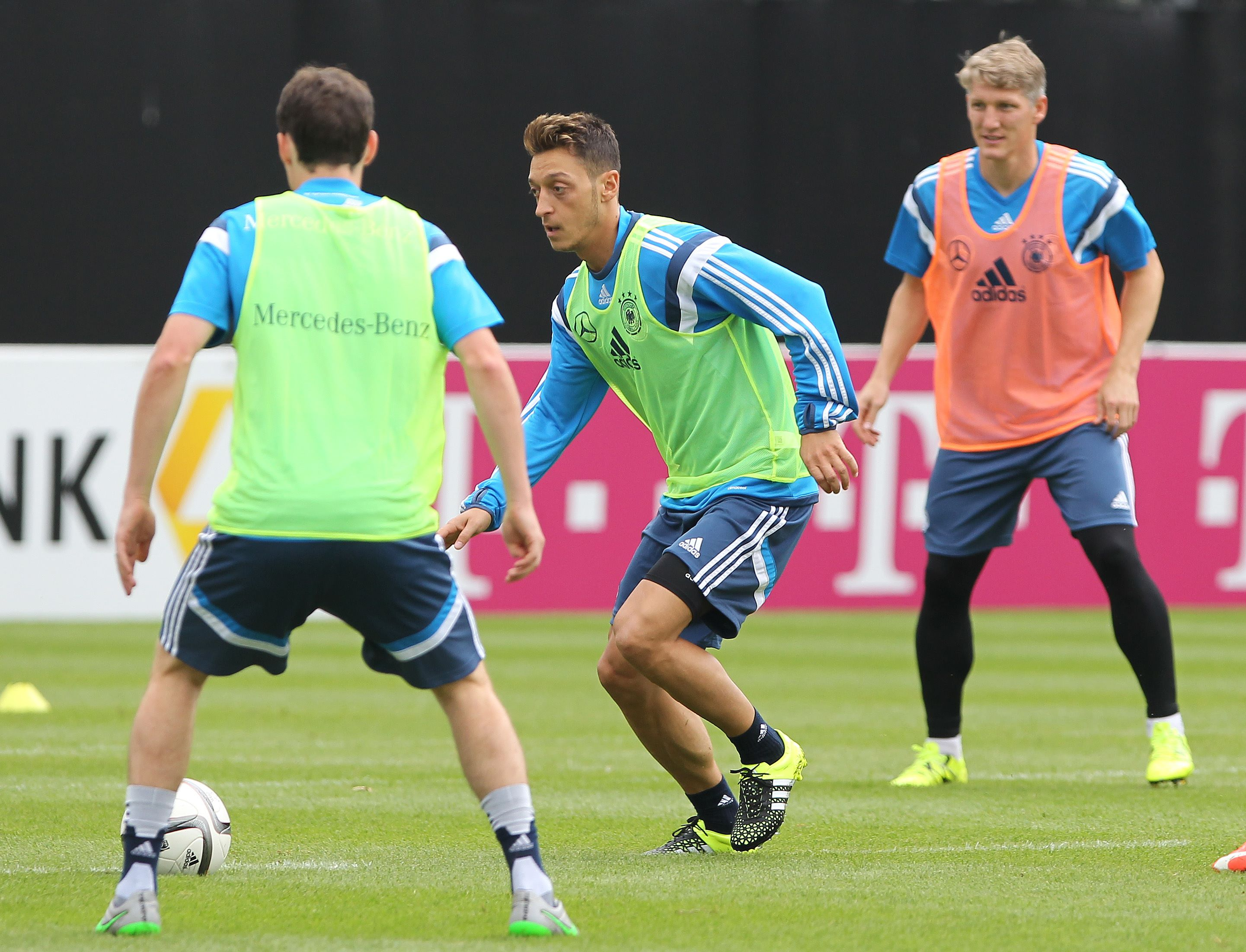 Germany's national football team's midfielder Mesut Oezil (Centre) plays the ball with teammates during a training session in Frankfurt, western Germany on September 2, 2015 prior to the Euro 2016 qualifier football game Germany vs Poland on September 4, 2015. nPHOTO:AFP