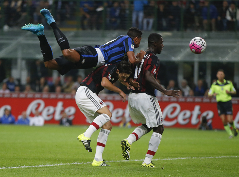 Inter Milan's Fredy Guarin, left, jumps on AC Milan's Cristian Zapata during a Serie A soccer match between Inter Milan and AC Milan, at the San Siro stadium in Milan, Italy, Sunday, Sept. 13, 2015. Photo: AP