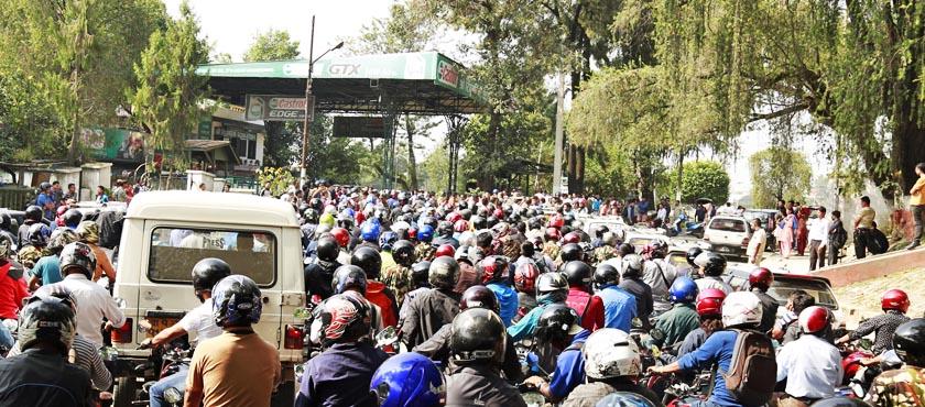 Bikes and vehicles queue up at the Ripumardini petrol pump, run by Nepal Army, at Bhadrakali, Kathmandu on Sunday, September 27, 2017. Photo: RSS