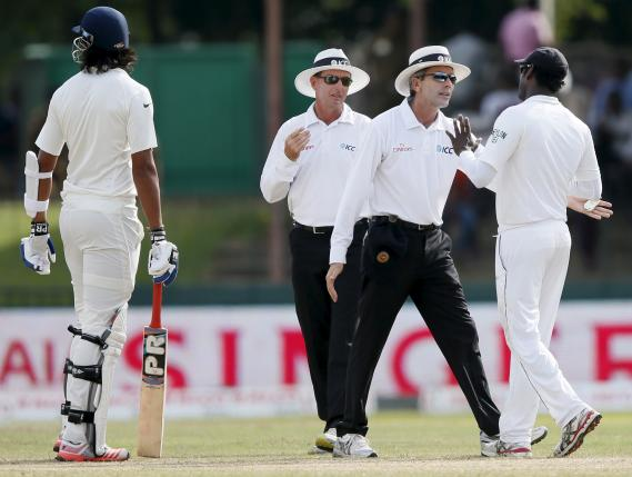 Umpire Nigel Llong (2nd R) talks to Sri Lanka's captain Angelo Mathews (R) after an argument between India's Ishant Sharma (L) and Sri Lanka's bowler Dhammika Prasad (not pictured) during the fourth day of their third and final test cricket match in Colombo August 31, 2015. REUTERS/Dinuka Liyanawatte