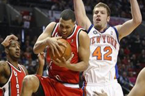 New York Knicks' David Lee (42) looks as Portland Trail Blazers' Brandon Roy pulls down a rebound while Portland's LaMarcus Aldridge, left, backs off in the first quarter during an NBA basketball game Wednesday, March 31, 2010, in Portland, Ore. Source: AFP