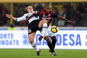 Inter Milan's midfielder Esteban Cambiasso (L) fights for the ball with Bologna's midfielder Marcelo Zalayeta during their Serie A football match at Dall'Ara Stadium in Bologna. Inter Milan got back to winning ways in Serie A on Saturday with a convincing 3-1 win over Bologna. Source: AFP