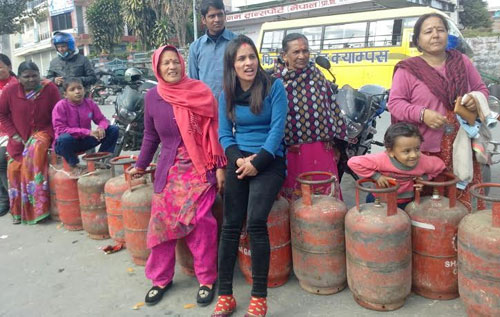 Local consumers lining up outside the Pokhara-based District Police Office of Kaski with a hope to buy cooking gas after rumours were spread that LPG would be distributed from thereu201a on Tuesdayu201a January 06u201a 2015. Photo: THT Online file