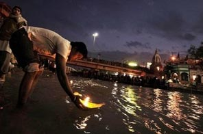 Indian Hindu devotees offer prayers on the banks of the river Ganges in Haridwar. Source: AFP