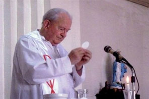 Hangop Kabataaan Foundation issued photo shows Irish priest Michael Sinnott celebrating mass in the southern Philippine city of Pagadian. The elderly churchman abducted in the southern Philippines two weeks ago by suspected Muslim separatists is likely still alive but may be unwell, his superiors told AFP on Sunday. Source: AFP