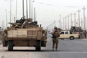 British and Iraqi soldiers set up a road block. An investigation has been launched into allegations that British soldiers tortured Iraqi civilians, Britain's Ministry of Defence said. Source: AFP