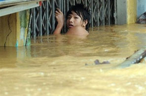 File photo shows a young man struggling as Typhoon Ketsana lashes the tourist town of Hoi An in central Vietnam in late September. Tropical storm Mirinae has killed four people and left two missing after slamming into the country's coast, the national flood and storm control committee said Tuesday. Source: AFP