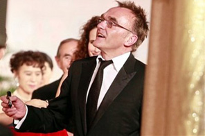 Oscar-winning 'Slumdog Millionaire' director Danny Boyle writes autograph on a wall on the red carpet prior to the closing ceremony of the 12th Shanghai International Film Festival at Shanghai Grand Theater Sunday June 21, 2009 in Shanghai. China. Source: AP