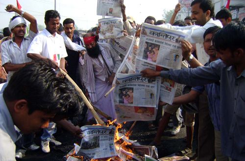 Cadres of MJF Parsa burning national daily newspapers on the second day of their Terai bandh at Ghantaghar Chowk in Birgunj, on Friday, April 9, 2010, for failure to cover their protest.  Source: THT