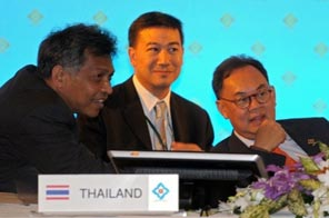 Thai Foreign Minister Kasit Piromya (right) is seen talking with ASEAN Secretary-General Surin Pitsuwan (left) during an ASEAN foreign ministers' meeting at the Thai resort town of Hua Hin, on October 22. Source: AFP