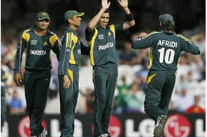 Umar Gul of Pakistan (3rdL) celebrates taking the wicket of New Zealand's Peter McGlashan during the Super 8 stage of the ICC Twenty20 Cricket World Cup at the Oval in London, England, on June 13, 2009.  Source: AFP