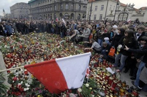 People gather in front of the presidential palace in Warsaw. Investigators trawled through flight recordings and debris to work out why pilots of a jet crash which killed Poland's president ignored warnings not to land, as the nation began a week of mourning. Source: AFP
