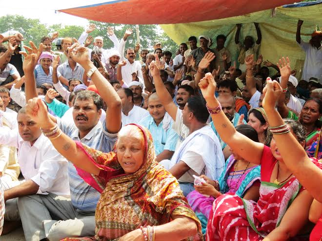 Cadres of Madhes-based parties staging a demonstration at the Indo-Nepal border point in Rautahat, on Sunday, September 27, 2015. Photo: Prabhat Jha