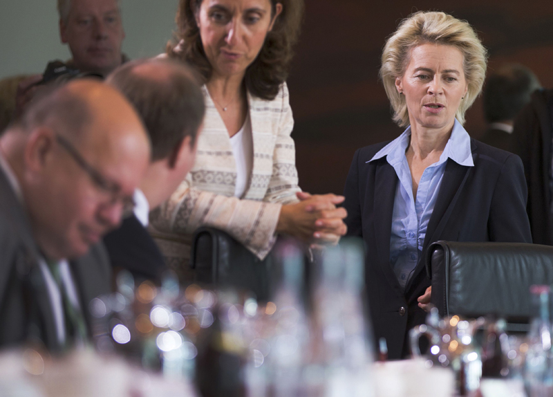 German Defence Minister Ursula von der Leyen (R) arrives for the weekly cabinet meeting at the Chancellery in Berlin, Germany, September 29, 2015. REUTERS/Axel Schmidt