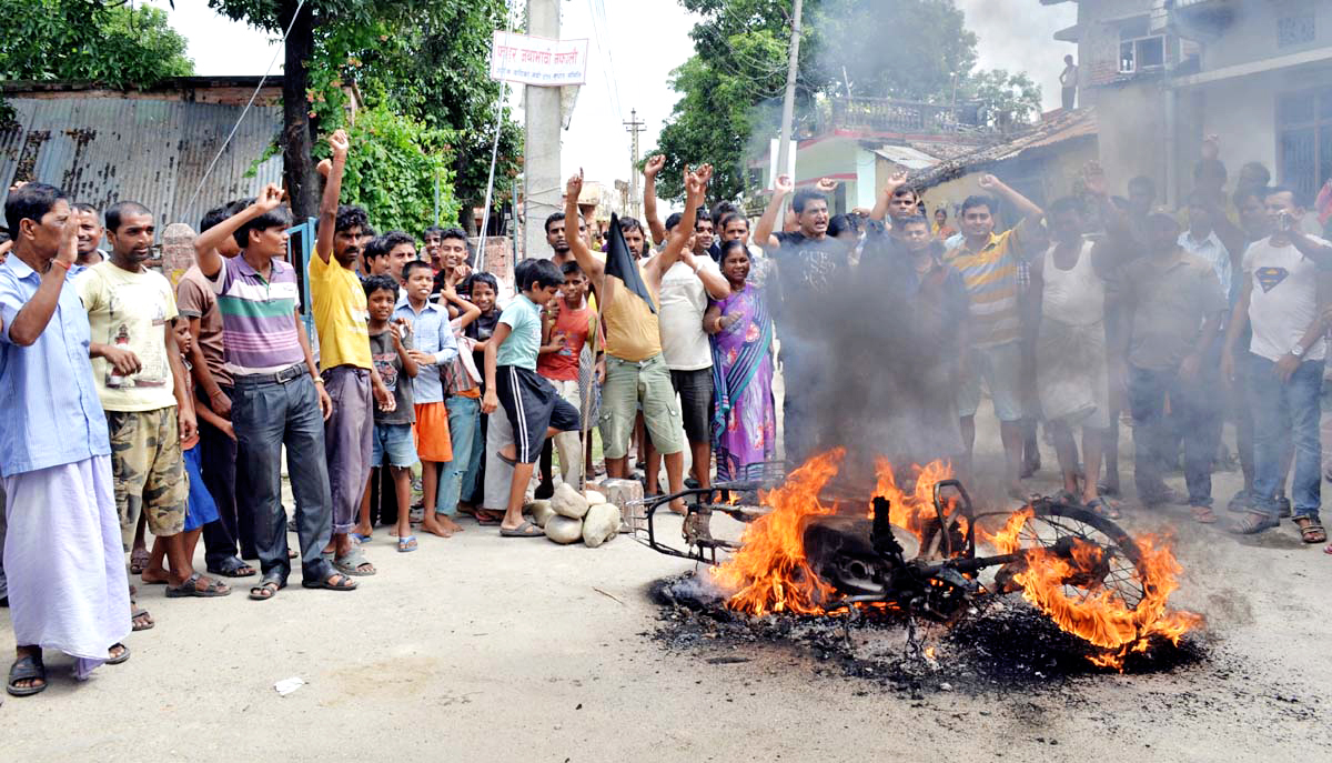 Cadres of agitating Madhes-based parties setting a motorcycle on fire to protest the constitution in front of the Ashok Batika Police Beat in Birgunj on Sunday, September 20, 2015. Photo: Ram Sarraf