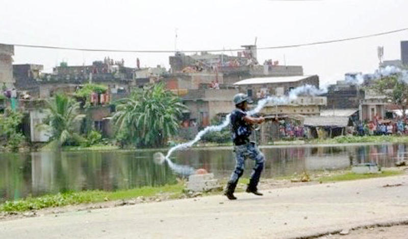 A pollice personnel resorting to force to disperse protesters in Birgunj. Photo: Ram Sarraf