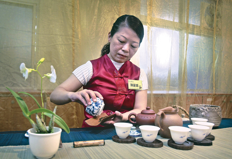 Chen Lin-juan prepares tea during a tea brewing competition in Taipei, Taiwan, Sunday, Sept. 13, 2015. Taiwan, known for its tea production as early as the 1700s, is famed for its three main varieties including oolong, black and green tea. Photo:AP