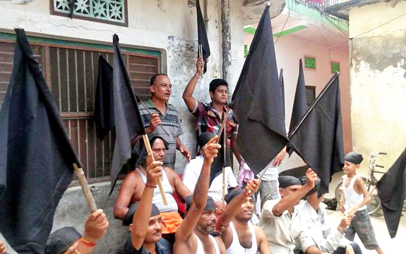 Locals preparing to fly black flags atop their houses to protest the Constituent Assemblyu2019s decision to promulgate the new statute, in Birgunj, on Saturday, September 19, 2015. Photo: THT