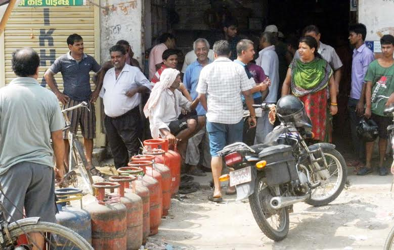 Consumers wait for their turn to get cooking gas at Bypass Road in Birgunj on Tuesday, September 08, 2015. Photo: Ram Sarraf