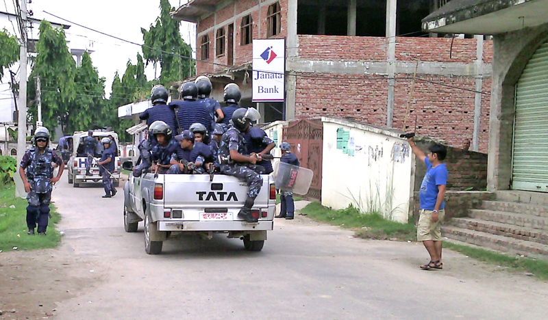 Police personnel ferrying the arrested political leaders of United Democratic Madhesi Front (UDMF) in their vehicles in Gaur-5 on Monday. Photo: Prabhat Kumar Jha/ THT